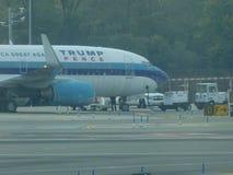 Aéroport 17 de Jet Airplane At LaGuardia de Donald Trump Image stock