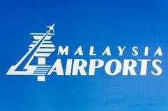 Aéroport de la Malaisie tenant le logo de Berhad Photos stock
