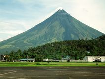 Aéroport de Legaspi avec le support Mayon Photographie stock