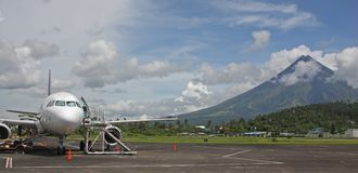 Aéroport de Legaspi avec le support Mayon Photographie stock libre de droits