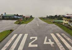Aéroport de Lukla entouré par des nuages Photo libre de droits