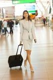 Aéroport de marche de femme d'affaires Images libres de droits