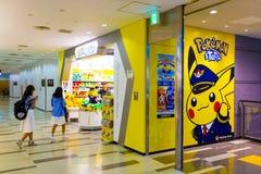 Aéroport de marche de Narita de magasin de Pokemon de filles asiatiques Photos stock