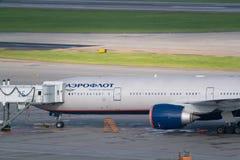 Aéroport de Moscou, Sheremetyevo, Russie - 24 septembre 2016 : Aeroflot - avion russe de lignes aériennes au pont en jet Images libres de droits