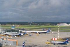 Aéroport de Moscou, Sheremetyevo, Russie - 24 septembre 2016 : vue des avions se garant près des terminaux Image libre de droits