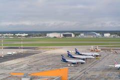 Aéroport de Moscou, Sheremetyevo, Russie - 24 septembre 2016 : vue des avions se garant près des terminaux Photographie stock
