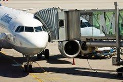 Aéroport de Munich : l'avion avec le pont en jet s'est relié au termi Photo stock