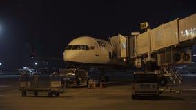 Aéroport de nuit en cours de travail banque de vidéos