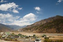 Aéroport de Paro dans les montagnes - Bhutan Photographie stock libre de droits