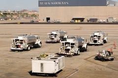 Aéroport de PHX Camions-citernes garés sur la rampe Photographie stock libre de droits