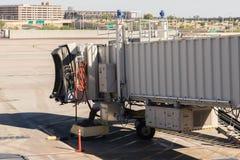Aéroport de PHX Pont d'embarquement sans l'avion joint Image stock