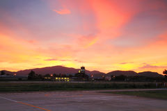 Aéroport de piste avec le ciel crépusculaire Photo libre de droits