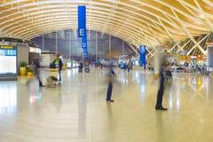 Aéroport de Shanghai Pudong d'indside de personnes Images stock