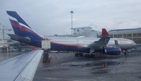 Aéroport de Sheremetyevo L'avion se prépare au décollage Image stock