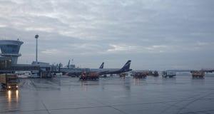 Aéroport de Sheremetyevo L'avion se prépare au décollage Images stock
