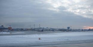 Aéroport de Sheremetyevo L'avion se prépare au décollage Photo stock