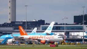 Aéroport de Shiphol à l'après-midi Brume de la chaleur clips vidéos