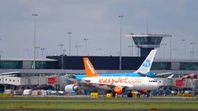Aéroport de Shiphol à l'après-midi Brume de la chaleur banque de vidéos