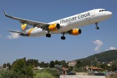 Aéroport de Skiathos d'avion de Thomas Cook Airbus A321 Photographie stock libre de droits