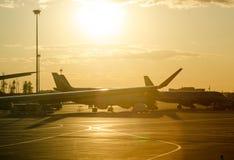 Aéroport de soirée dans la lumière jaune de coucher du soleil Image stock
