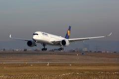 Aéroport de Stuttgart d'avion de Lufthansa Airbus A350 Images libres de droits