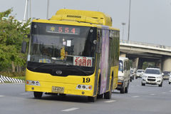 Aéroport de Suvarnabhumi du numéro 554 de voiture d'autobus de Bangkok - Rangsit (autoroute urbaine) Photos stock