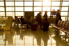 Aéroport de Suwannabhumi Thaïlande - Passanger avec leurs valises marchant à la pièce de départ Photographie stock libre de droits