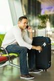 Aéroport de téléphone portable d'homme Images stock