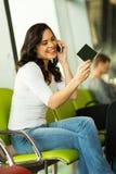 Aéroport de téléphone portable de fille Photographie stock