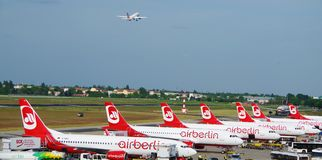 Aéroport de Tegel d'avion de stationnement et de décollage d'avions, Berlin Germany en mai 2016 Photographie stock libre de droits