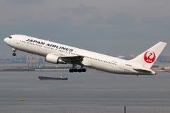 Aéroport de Tokyo Haneda d'avion de Japan Airlines Boeing 767-300 Photos stock