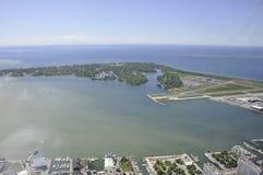 Aéroport de vue aérienne de Toronto de la tour nationale canadienne Image stock