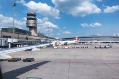 Aéroport de Zurich avec la tour et les avions Photographie stock