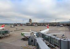 Aéroport de Zurich un jour nuageux Photographie stock libre de droits