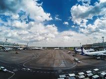 Aéroport Domodedovo à Moscou avec les avions et le beau ciel nuageux Photo stock