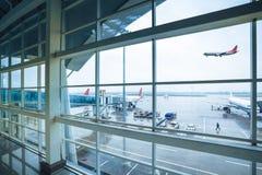 Aéroport en dehors de l'hublot sous la pluie Image libre de droits