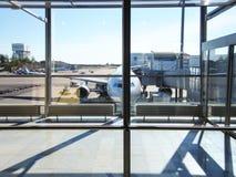 Aéroport en dehors de la scène de fenêtre, attendant le vol Images stock