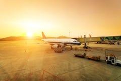 Aéroport et avion de crépuscule Images stock