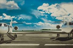 Aéroport et avion de ligne de piste Concept Images stock