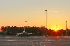 Aéroport et avions dans la lumière de coucher du soleil Images stock