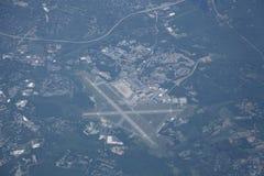 Aéroport et horizontal suburbain d'haute altitude Image libre de droits