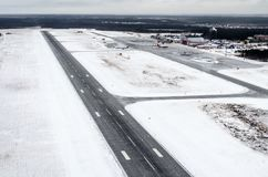 Aéroport et piste d'hiver, vue d'une taille à un paysage couvert de neige Photo stock