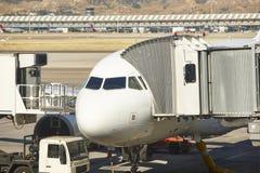 Aéroport extérieur avec l'avion et le doigt Backgro de tourisme de voyage Image stock