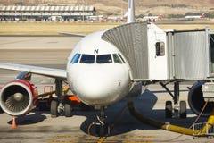 Aéroport extérieur avec l'avion et le doigt Backgro de tourisme de voyage Photo libre de droits