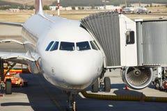 Aéroport extérieur avec l'avion et le doigt Backgro de tourisme de voyage Photographie stock