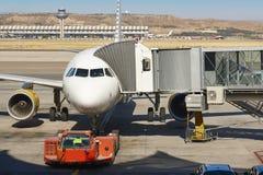 Aéroport extérieur avec l'avion et le doigt Backgro de tourisme de voyage Images libres de droits
