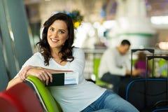Aéroport femelle de voyageur Image libre de droits