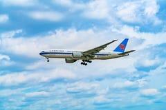 AÉROPORT FRANCFORT, ALLEMAGNE : La cargaison du sud de Boeing 777F Chine est t Photos stock