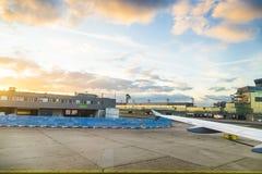 Aéroport Francfort et terminal 2 dans le coucher du soleil Photo libre de droits