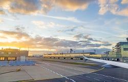Aéroport Francfort et terminal 2 dans le coucher du soleil Image stock